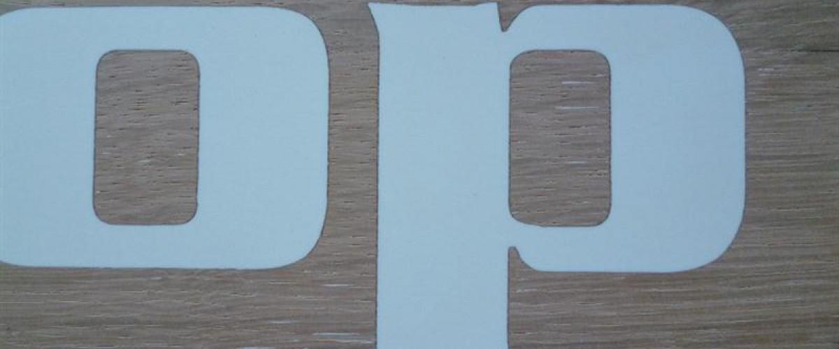 Het gebruik van epoxy bij naamborden.